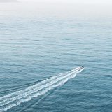 海を船が進む画像