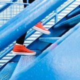 階段を上る画像