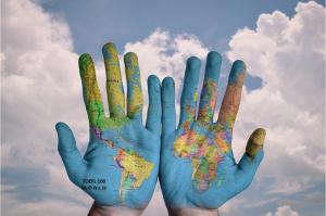 掌に世界地図