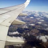 飛行機の窓から見える下界