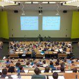 大クラスでの講義の画像